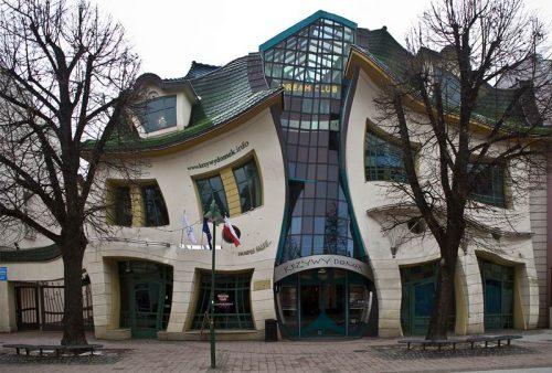 desain unik rumah bengkok polandia